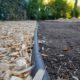 Rasenkante und neuer Wegebereich